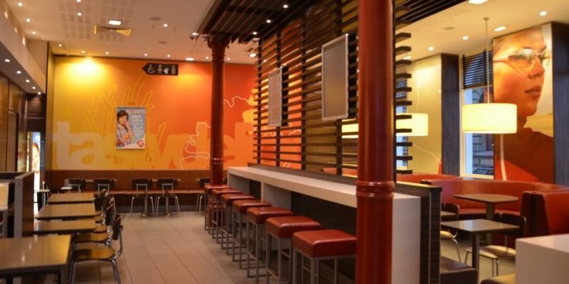 McDonald's Konstanz, Bahnhofsplatz - viel Platz, kostenloses WiFi und Nähe zum Bahnhof lassen einen Ort zum Treffen, Verweilen und Snacken entstehen