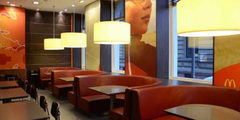 McDonald's Konstanz, Bahnhofsplatz - Großzügige Sitzecken laden zum bequemem Essen in toller Athmossphäre ein