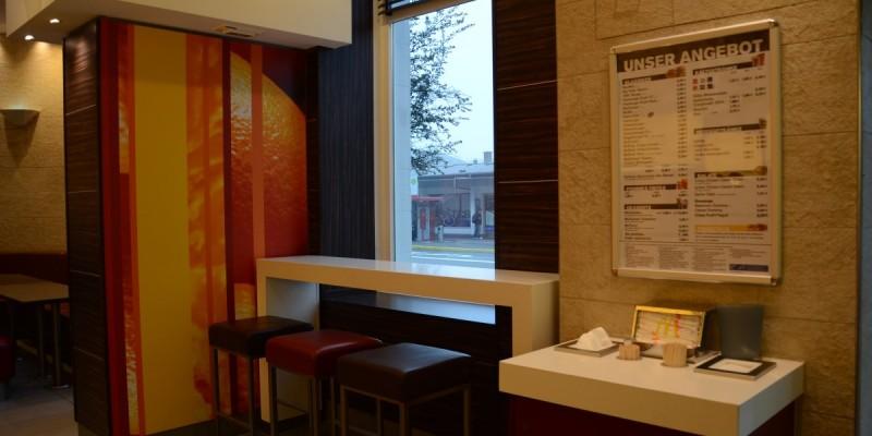 McDonald's Konstanz, Bahnhofsplatz - Unser Restaurant ist großzügig und lichtdurchflutet - genießen Sie den Ausblick auf das geschäftige Treiben des Stadtboulevards